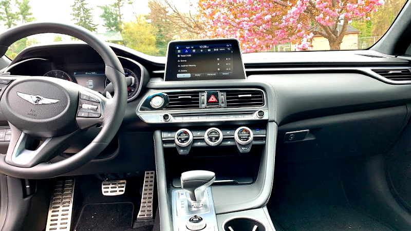 Touch display in the Genesis G7 AWD 3.3T.